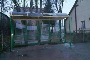 20-latek z kolegami zniszczył przystanek autobusowy