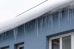 Zalegający śnieg na dachu? Nieodśnieżone auto? Za to grozi mandat!