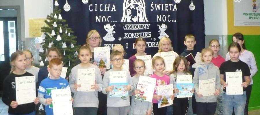 Każdy z występujących uczniów otrzymał pamiątkowy dyplom