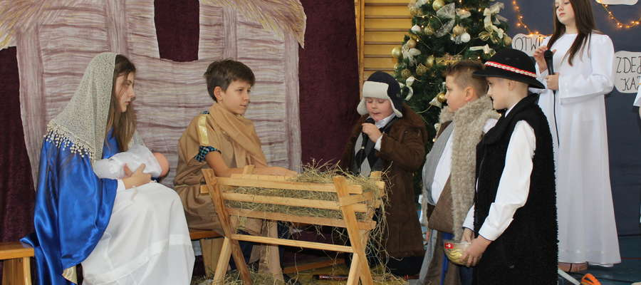 W pięknych strojach i z wielkim zaangażowaniem przenieśli nas do czasów narodzin Jezusa