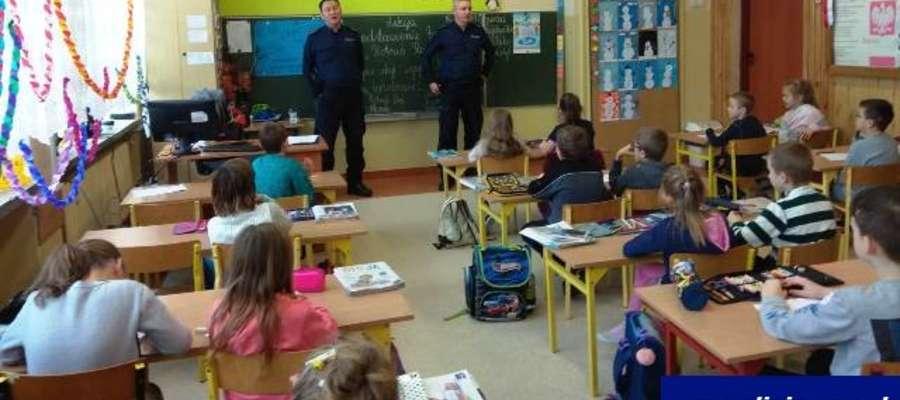 Policjanci spotykają się z uczniami