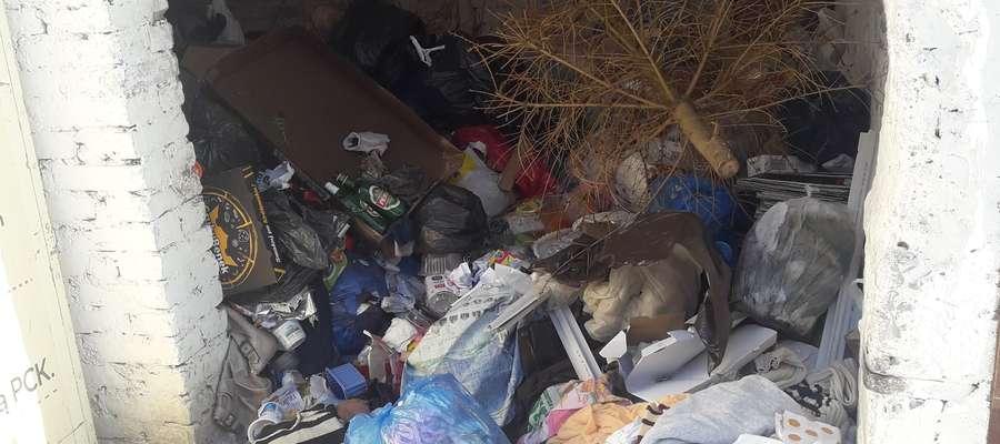 Śmieci w nieczynnym śmietniku przy ul. Słowackiego w Bartoszycach