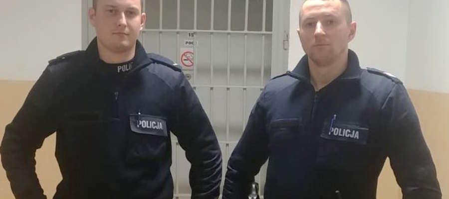 Sierż. szt. Tomasz Olesik i sierż. Adam Lachowicz, patrolowcy z Giżycka, uratowali z pożaru kobietę