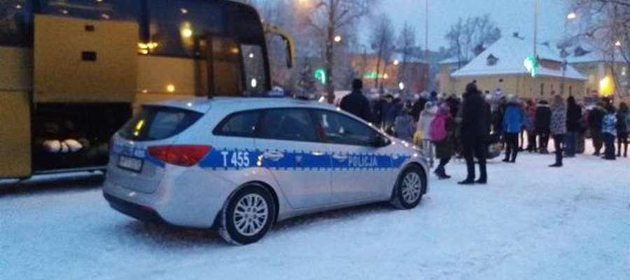 Kontrola autobusu przez policjantów