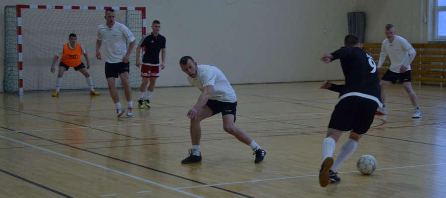 W meczu na szczycie gminnej halówki WAKS Turznica (białe koszulki) nie dał szans Zabawie Samborowo