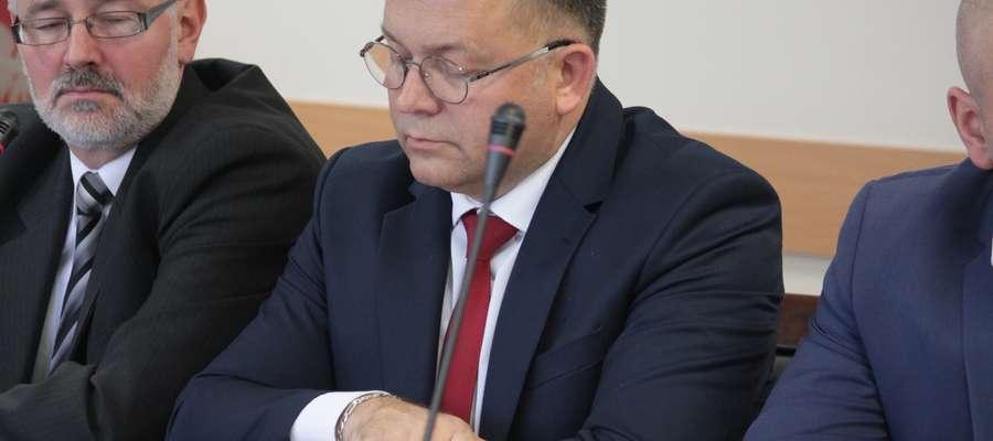 Zbigniew Pietrzak (w środku) podczas sesji Rady Powiatu