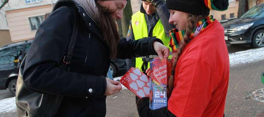 Policjanci zadbaja o bezpieczeństwop wolontariuszy WOŚP