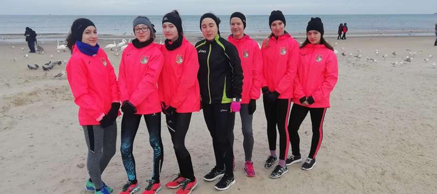 Biegaczka MLKS Ostróda najwięcej czasu spędzają na plaży, mimo że aura jest mało plażowa