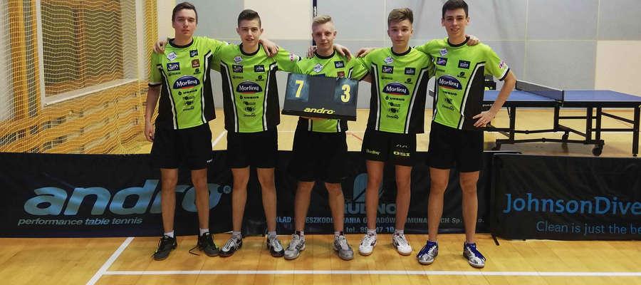 Piątka pingpongistów Morliny II Ostróda, którzy zajmują 1. miejsce w II lidze