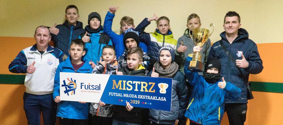 Mistrzowie Polski tuż po powitaniu w Lubawie (na zdjęciu z trenerami Mariuszem Lipowskim - z lewej- i Damianem Jarzembowskim)