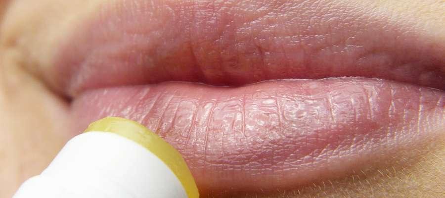 Domowe leczenie opryszczki należy rozpocząć od razu, gdy pojawią się pierwsze objawy schorzenia, czyli świąd i mrowienie wokół czerwieni warg.