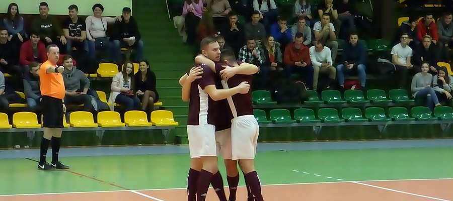 Ogromna radość piłkarzy Przyjaciół Mariana po zdobyciu wyrównującego gola w meczu z Cubą Napiwoda