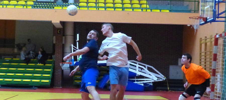 Sylwester Kuciński (Kleks Maczka, granatowa koszulka) walczy o górną piłkę z Remigiuszem Parulisem (Cały Czas Do Przodu, biała koszulka)