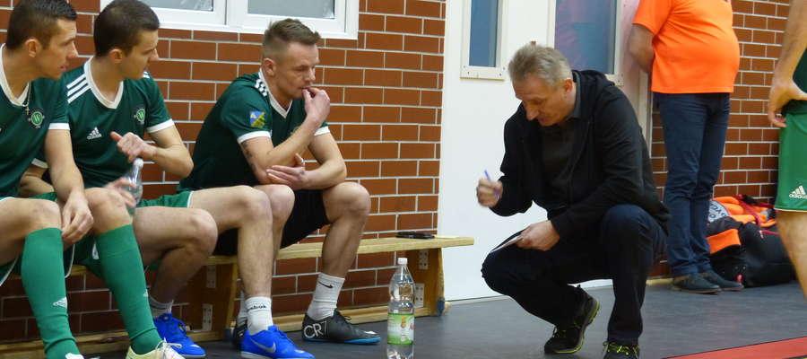 Trener Jarosław Płoski (GKS Wikielec) podczas nakreślania taktyki swoim piłkarzom