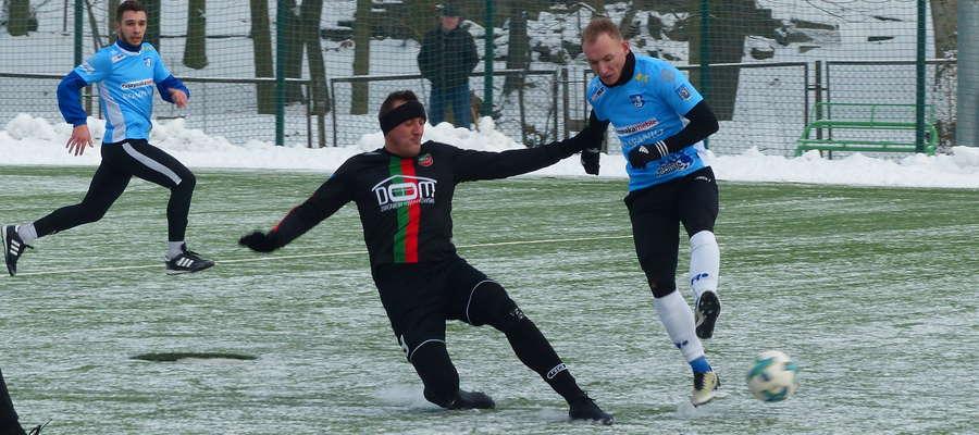 Arkadiusz Kuciński (Jeziorak Iława, błękitna koszulka) w ataku na bramkę Wkry
