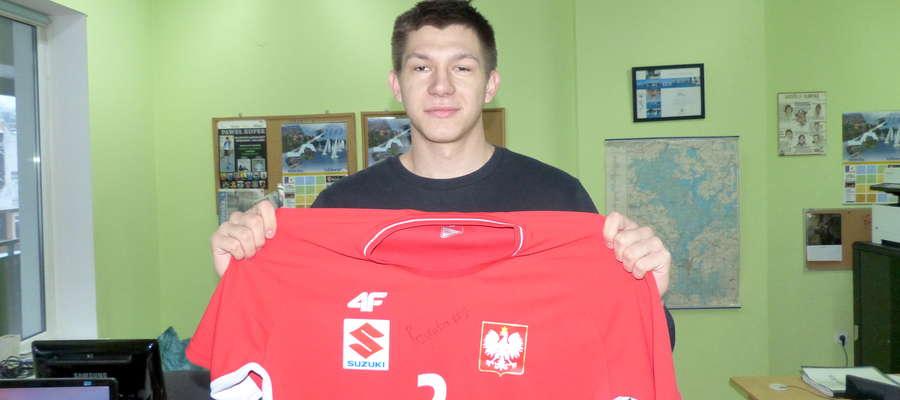 Damian Przytuła przyniósł dziś do naszej redakcji swoją koszulkę reprezentacji Polski z autografem