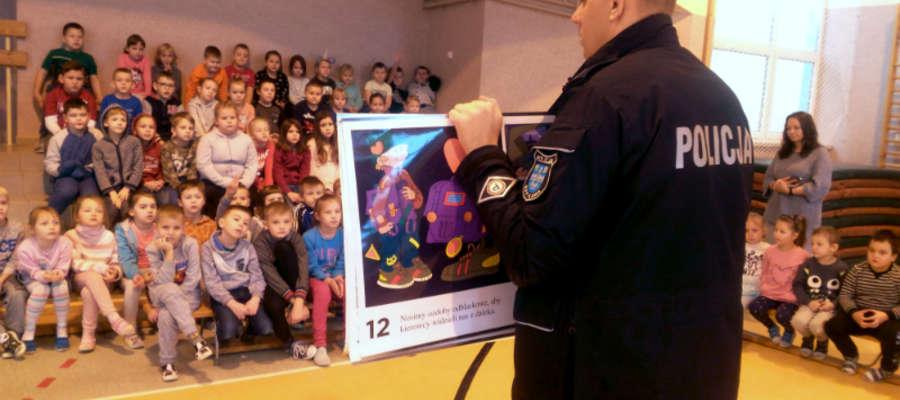 """Policjanci w ramach akcji """"Bezpieczne ferie"""" spotykają się z uczniami szkół z całego powiatu"""