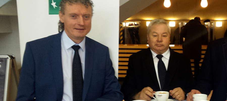Marek Olejniczak i Benedykt Czarnecki przy kawie podczas gali z okazji 70-lecia W-M ZPN w Olsztynie