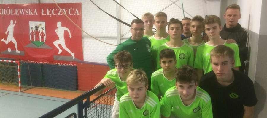 Finaliści Młodzieżowych Mistrzostw Polski w Futsalu z trenerami, Tomaszem Demczakiem i Remigiuszem Sobocińskim