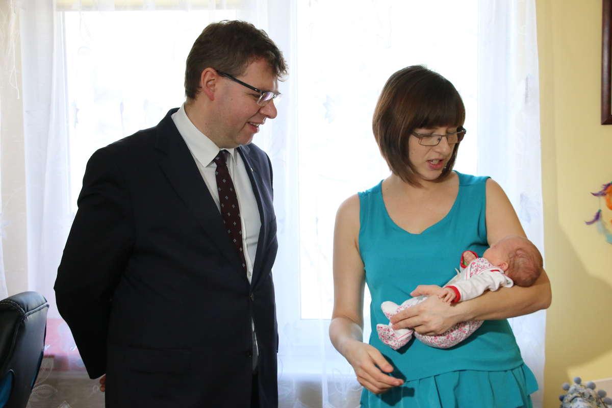 Wojewoda Chojecki daje prezenty trojaczkom