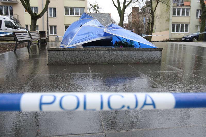 Obalony pomnik zabezpieczony przez policję