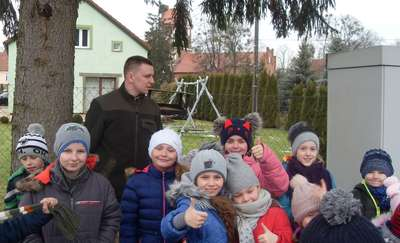 Uczniowie z Galin dokarmiają ptaki