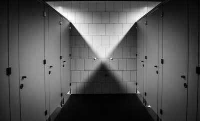 Ochroniarz, który nagrywał kobiety w toalecie stanie przed sądem