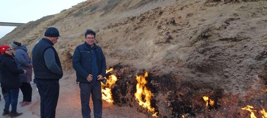 Andrzej Malinowski ogląda płonące wzgórze Yanar Dag