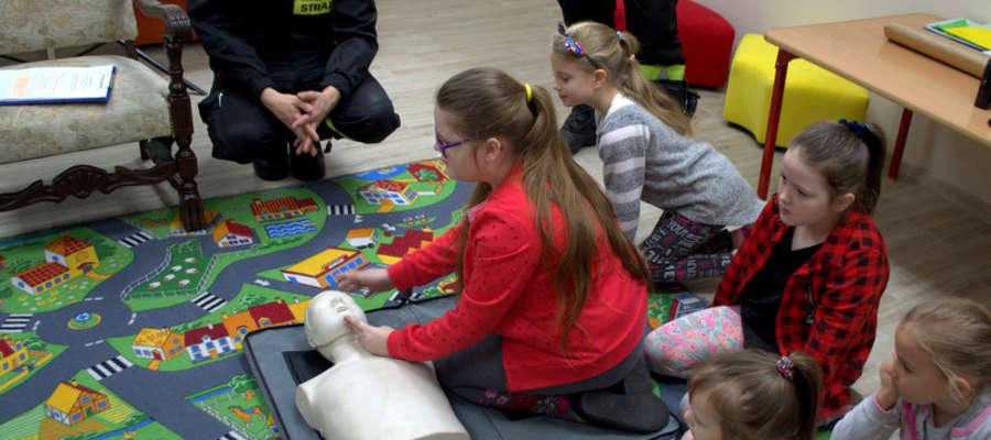 Podczas zajęć ze strażakami dzieci uczyły się udzielać pierwszej pomocy