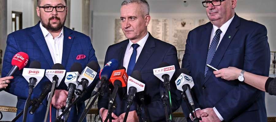 Od lewej: Marcin Kulasek - sekretarz generalny SLD, Robert Tyszkiewicz- p.o. sekretarza generalnego PO i Piotr Zgorzelski - sekretarz rady naczelnej PSL.