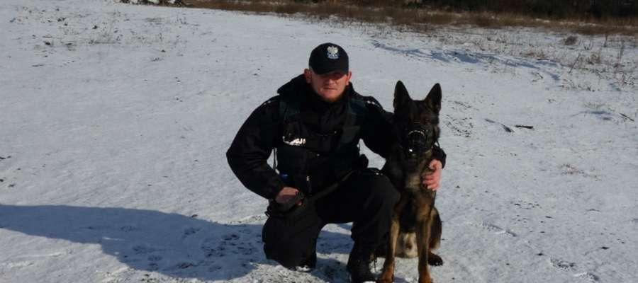 Pies tropiący Vox z iławskiej policji ze swoim przewodnikiem, asp. Dariuszem Lamkowskim