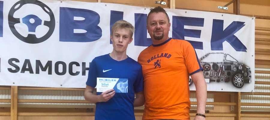 Nagrodę dla najlepszego zawodnika 11 i 12 kolejki SLF odebrał Hubert Cap z drużyny Nie Mów Hop (na zdjęciu z lewej, z prawej Cezary Oracki z UM Susz)