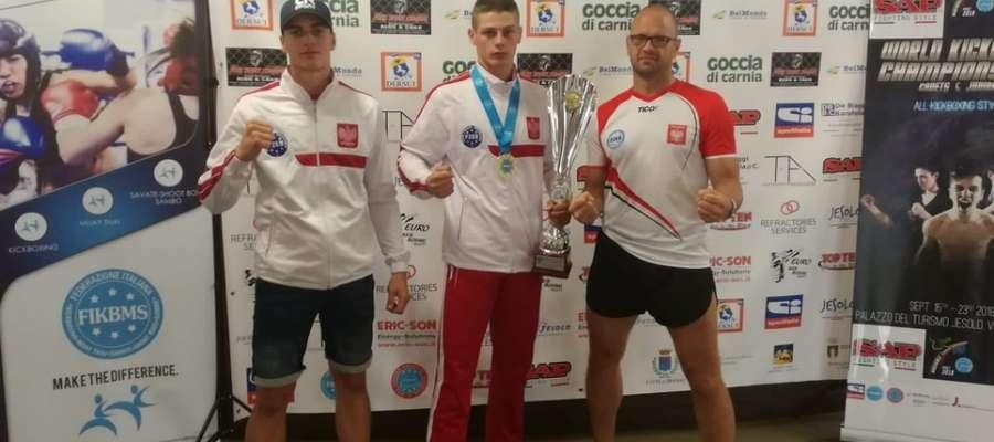 Od lewej: mistrz Europy Michał Kuźniak, mistrz świata Sebastian Kuźniak i trener Bartoszyckiej Szkoły Taekwondo Tomasz Zaremba