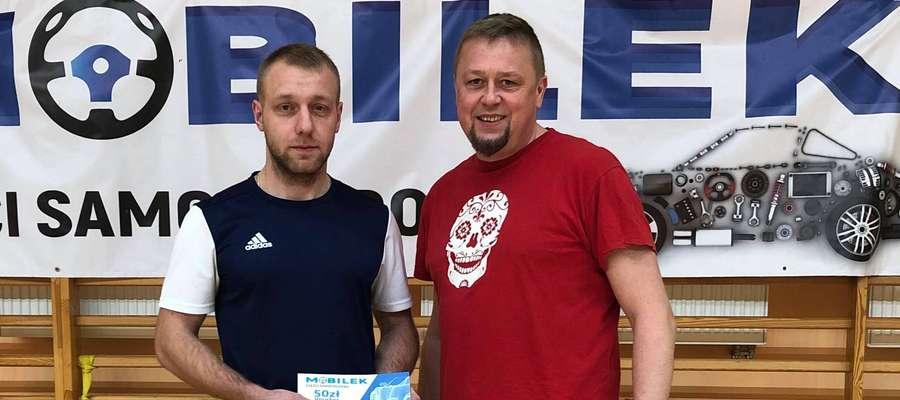 Nagrodę za najlepszego zawodnika 13 i 14 kolejki ufundowaną przez sklep Mobilek - Części Samochodowe odebrał Mariusz Gąsior z Moto Trans (z lewej, obok Cezary Oracki z UG Susz)