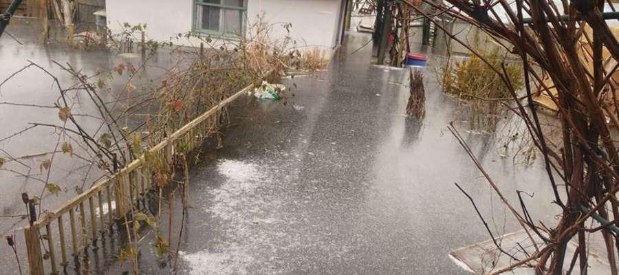 """Woda znów zalewa giżyckie działki położone za """"obwodówką"""""""