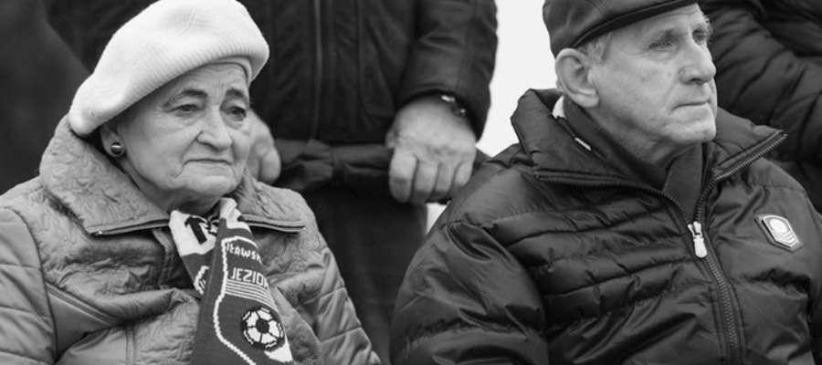 Marianna i Henryk Karczewscy na jednym z meczów Jezioraka Iława, pani Marianna jak zwykle z klubowym szalikiem na szyi