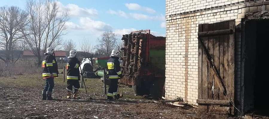 Strażacy podwali prąd wody w natarciu i obronie