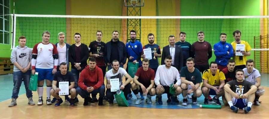 Grupowe zdjęcie wszystkich zawodników biorących udział w turnieju z organizatorami