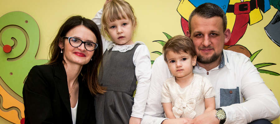 Paulina Brol z mężem Damianem i córeczkami Zosią i Laurą