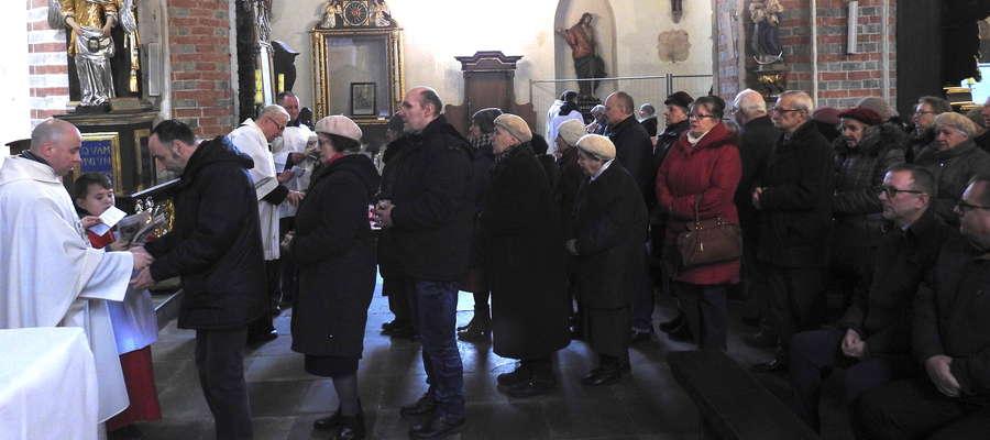 Udzielanie sakramentu namaszczenia chorych w bazylice kolegiackiej
