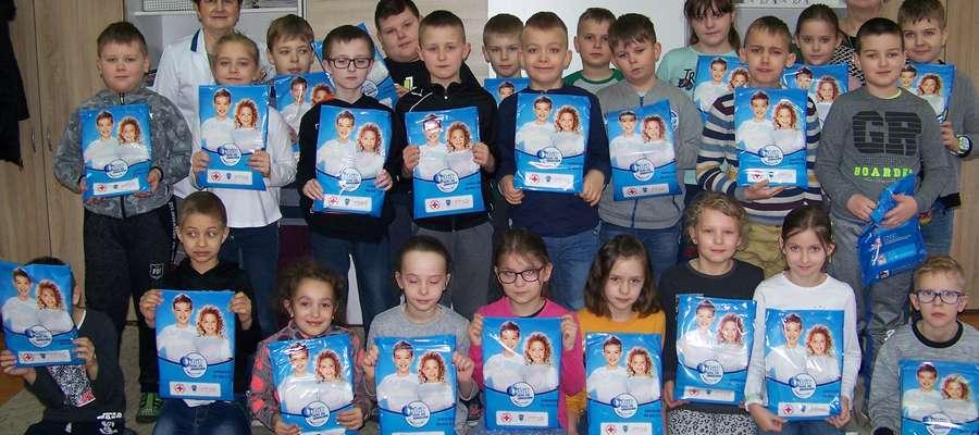 """Dzieci otrzymały książeczki """"Ja i moje zęby"""", pastę do zębów, szczoteczki i gumę Orbit"""