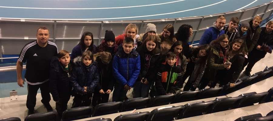 Uczniowie z Tylic z opiekunami na Arenie Toruń