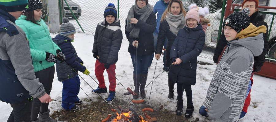 Zimowe ognisko przed salą wiejską w Lipowcu