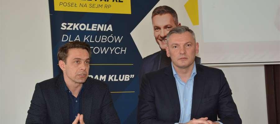 Poseł Paweł Papke (z prawej) i burmistrz Olecka Karol Sobczak