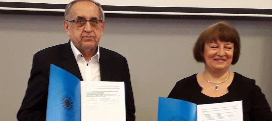 Dziekan WNE prof. R.Kisiel i dyrektor III LO D. Gomolińska z podpisaną umową