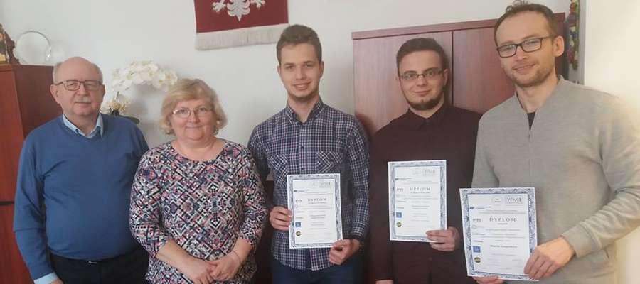 Uczniowie otrzymali pamiątkowe dyplomy