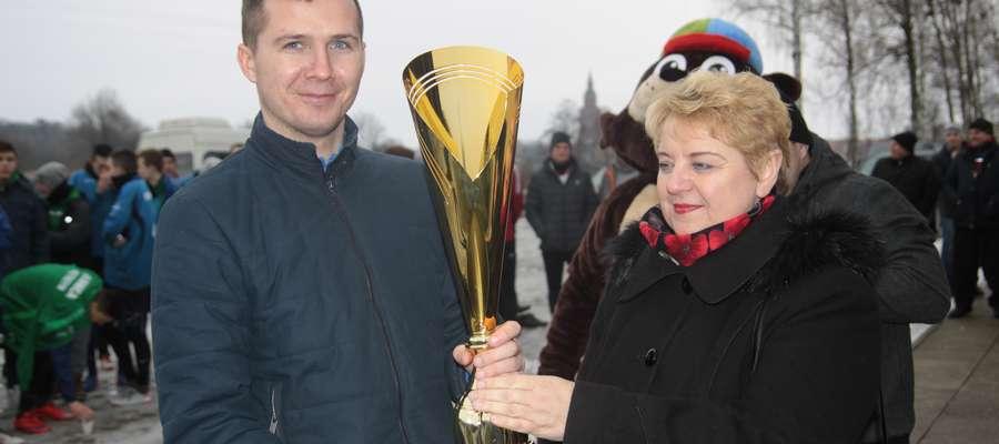 Paweł Dobrzyński, kapitan Łyny, odbiera z rąk burmistrz Sępopola Ireny Wołosiuk puchar za zwycięstwo w turnieju