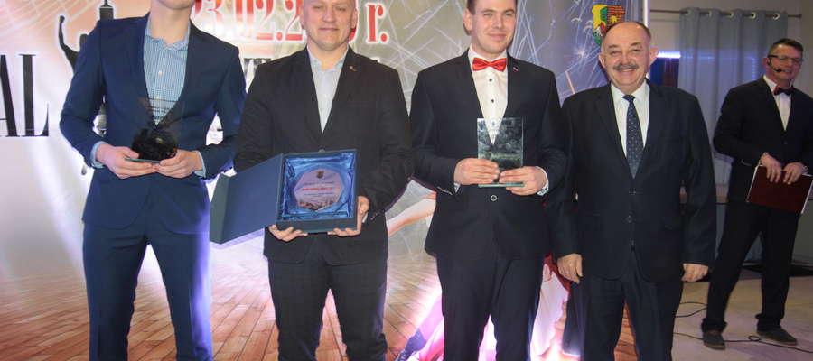Nominowani w kategorii Sportowiec Roku (od lewej): Patryk Kulpaka, zwycięzca Szymon Szypczyński oraz Łukasz Złotucha, który reprezentował nominowanego Dawida Worobca. Z prawej wicemarszałek województwa Miron Sycz