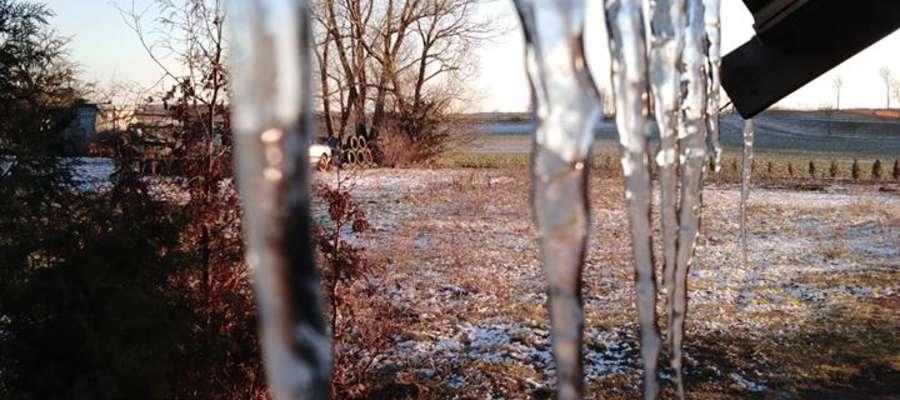 Krajobraz przez lodowe sople.