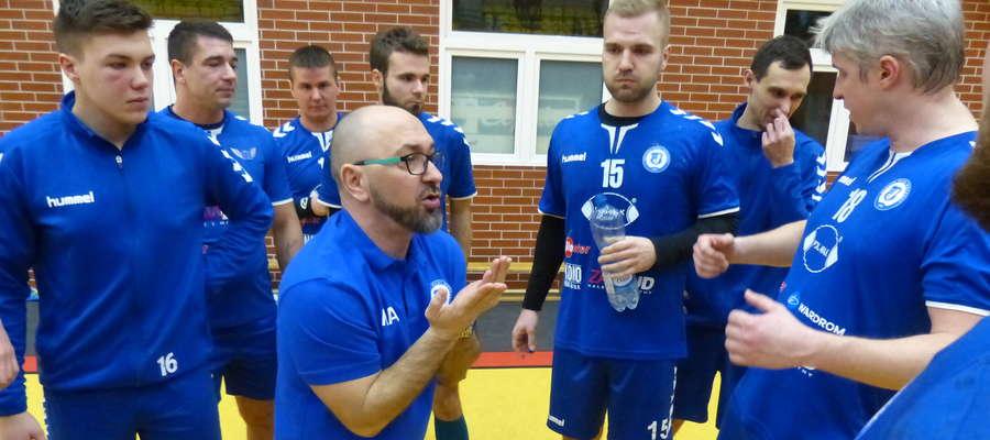Karol Adamowicz, trener Jezioraka Iława (w środku), nie jest zadowolony z gry swojej drużyny